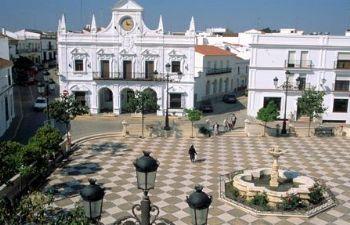 Plaza y Ayuntamiento de Cartaya (Huelva)