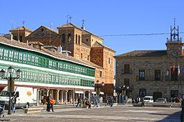 Vista de los soportales de la plaza Mayor, del ayuntamiento y la iglesia de San Agustín