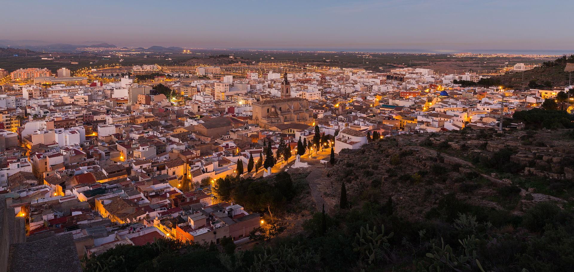 Vista de la ciudad con la iglesia de Santa María en el centro.